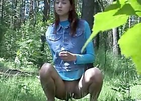 In the woods a sexy girl pees